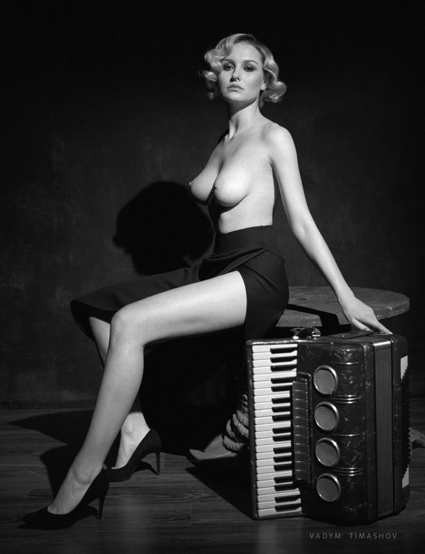 nude, art, black and white, beauty, portrait, film, accordion *****photo preview