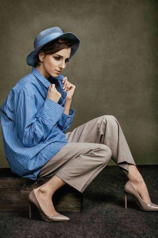 Певица, девушка, синяя рубашка, портрет, студия, классика Портрет в шляпеphoto preview