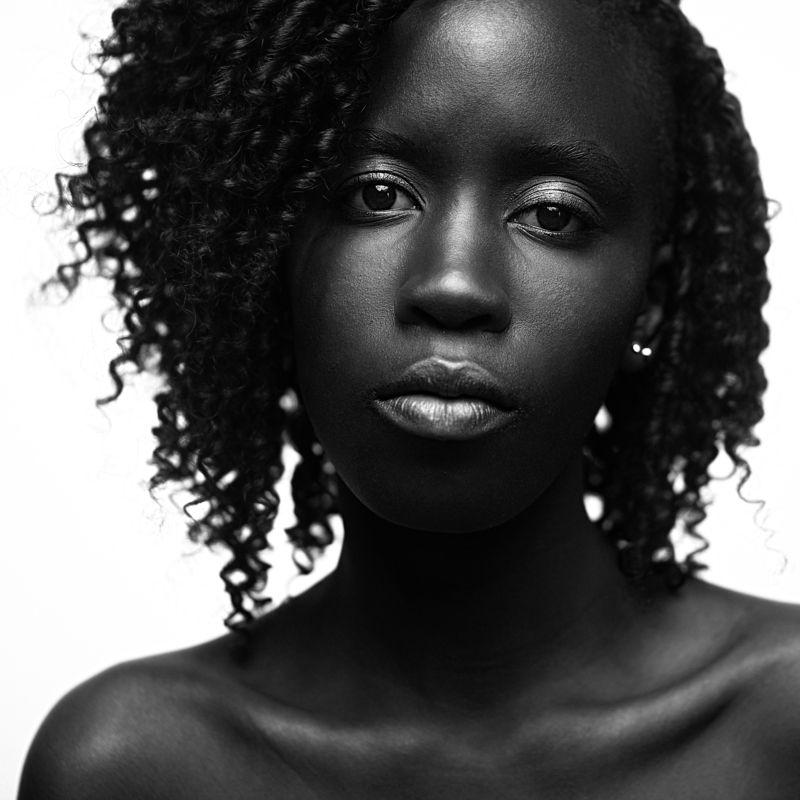 Портрет, Студия, Взгляд, Глаза, Темнота, Чернота, Кожа, Губы, Спокойствие, Кудри, Девушка Черно-белоеphoto preview