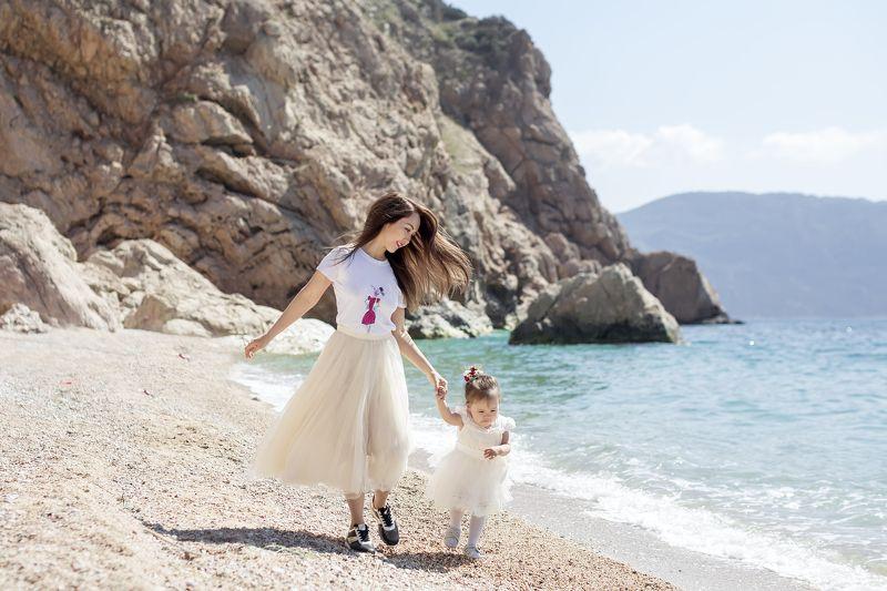 семья, дети, бег, мама, дочка, девочка, море, пляж, песок, скалы, лето, счастье Побежали!photo preview