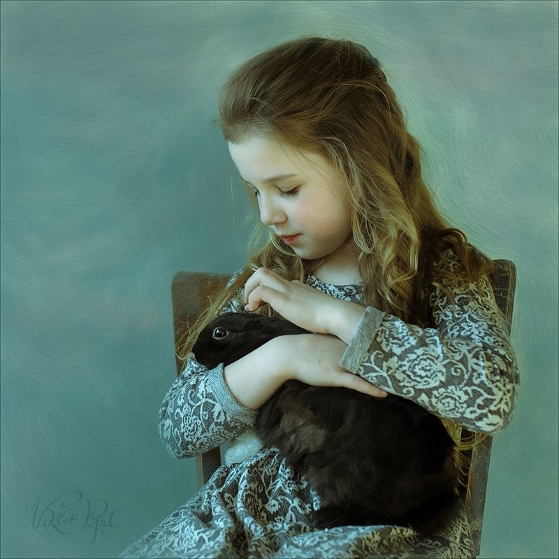 Девочка с кроликомphoto preview
