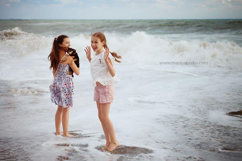 море, дети, шторм, фото, фотография, рассеянный свет, брызги, волны, собака, ребенок, радость, улыбка, photo, photography, lights, children, happy, canon, helios Первый штормphoto preview