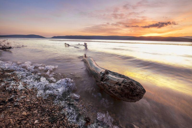 закат, выдержка, бревно, лед, прибой Весенний закат на Нугушском водохранилищеphoto preview