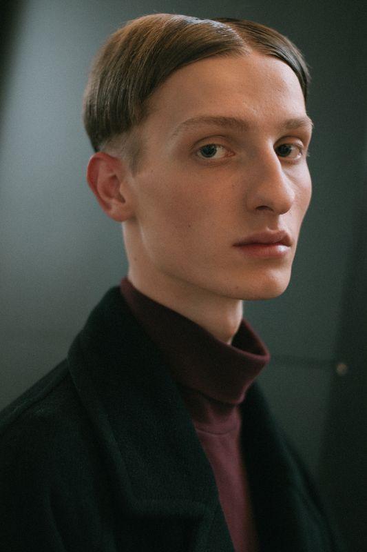 портрет человек свет fashion свет взгляд парень man пальто образ Антонphoto preview