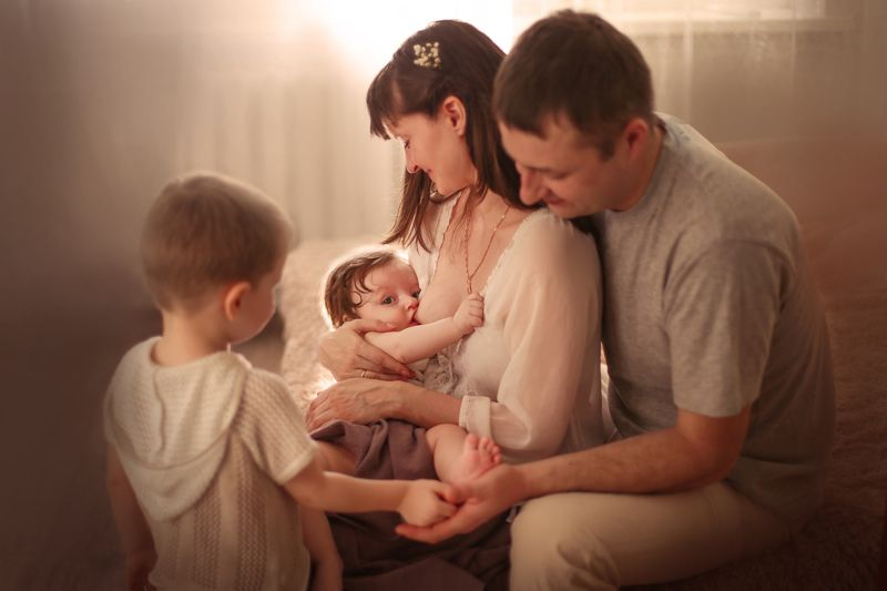 материнство мама новорожденный кормлениегрудью семья трепетныемоменты Под крыломphoto preview
