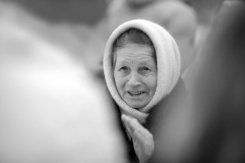 напутствие молодоженам, бабушка, пожилая женщина, old woman, elderly woman, aged woman, черно-белое, монохром, помолейко, свадебное, свадьба, молодожены, farewell to the newlyweds, newlywed, wedding couple, wed, wedding, bnw, black and white, b&w, Напутствие молодоженамphoto preview