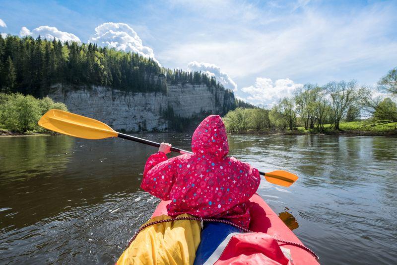 лето, сплав, река, вода, байдарка, гребец, весло, путешествие, скалы, берега Перед речным бастиономphoto preview
