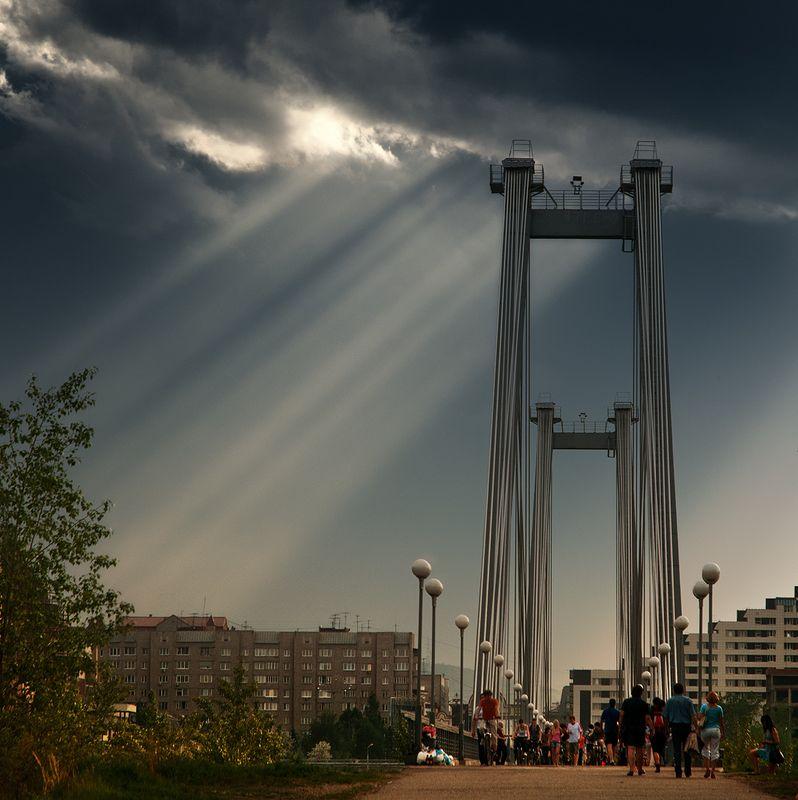 пейзаж, landscape, природа, nature, город, town, city, вечер, evening, тучи, clouds, небо, sky, лучи, rays, thunderstorm, гроза, bridge, мост, citycenter, центр, krasnoyarsk, красноярск, siberia, сибирь, enisey, енисей, хмурится, облака, people, люди, wal Красноярск перед грозой / Upcoming thunderstorm in Krasnoyarskphoto preview