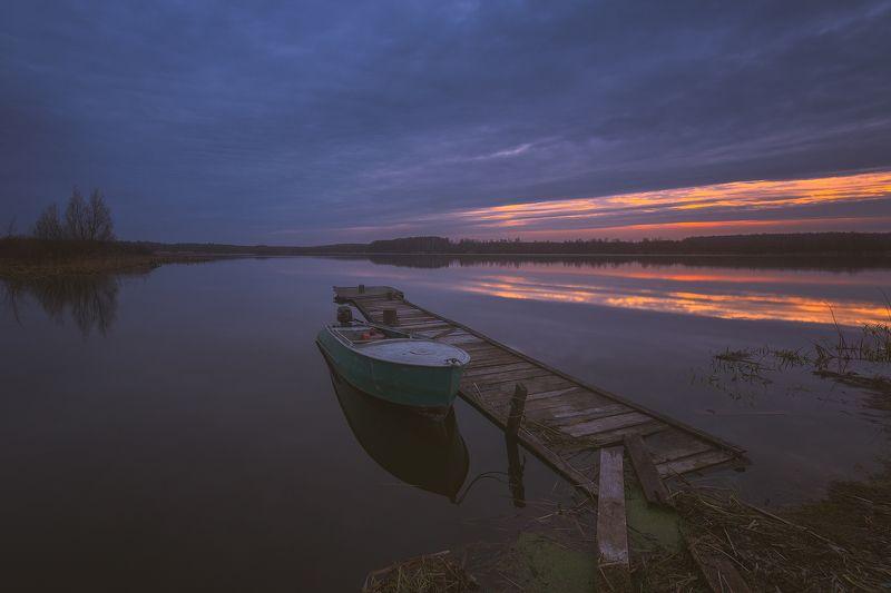 россия, подмосковье, весна, утро, рассвет, озеро, лодка, небо, облака, свет, вода, тучи, мост В предрассветный час...photo preview