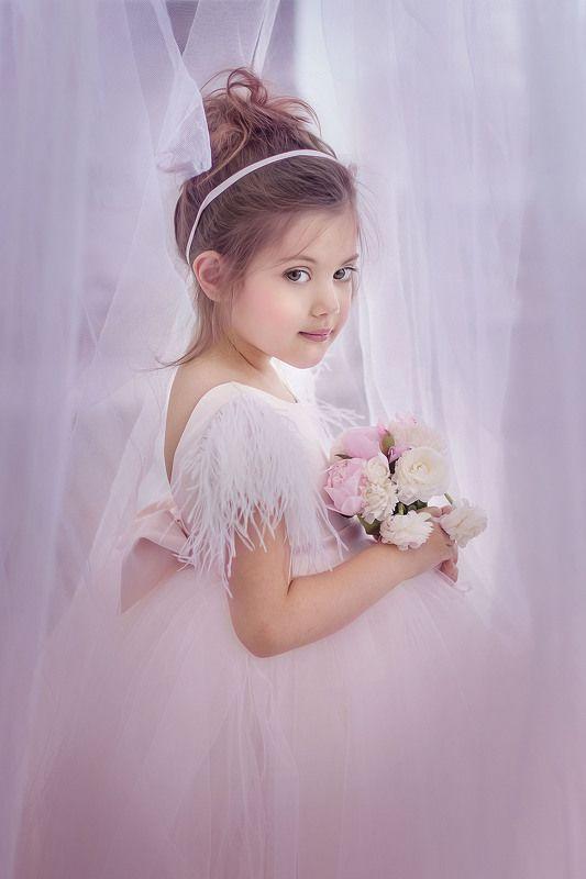 маленькая модель, дети, красивая девочка С цветамиphoto preview