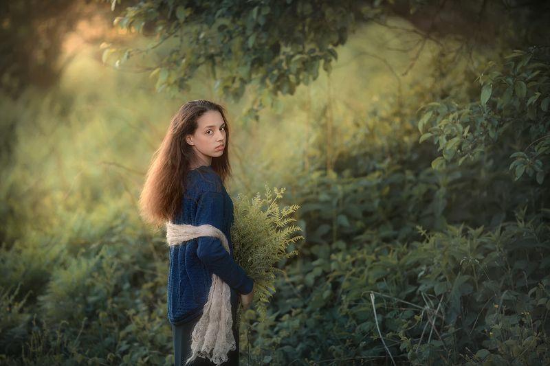 закат свет лето весна девушка папоротник листва Викаphoto preview