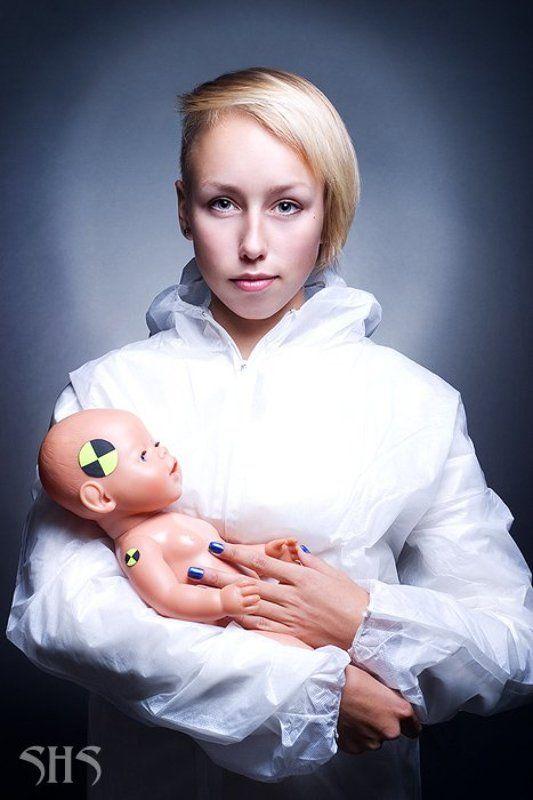 девушка с младенцемphoto preview
