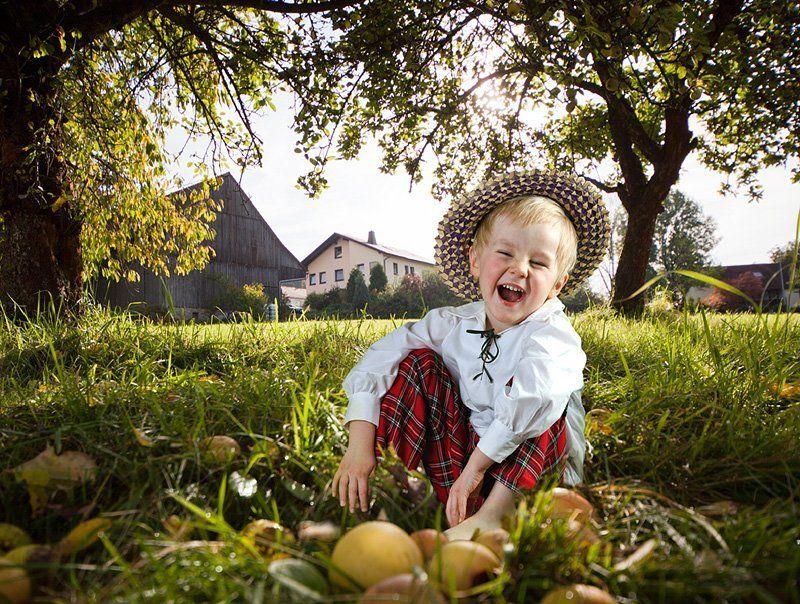 дети, яблоки, осень, природа, солнце Радостная жизнь Моти.photo preview