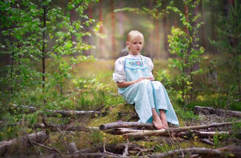 девочка, лес, портрет, свет, цвет, деревья, русская красавица, коса, сарафан, в лесу, пейзаж, модель, красота, красивая Истории из детства. В лесуphoto preview
