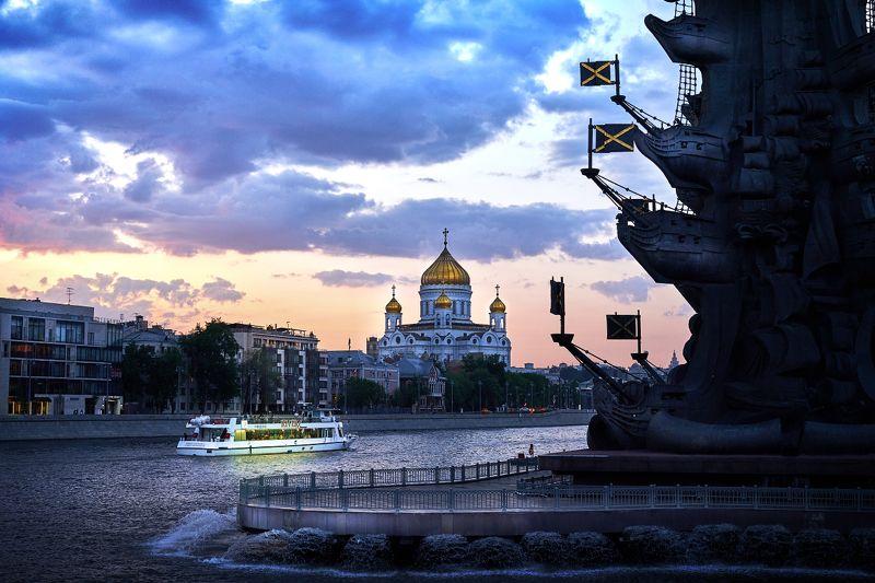 москва, река, катер, туризм, вечер, круиз, памятник, храм Вид на Москву-реку.photo preview