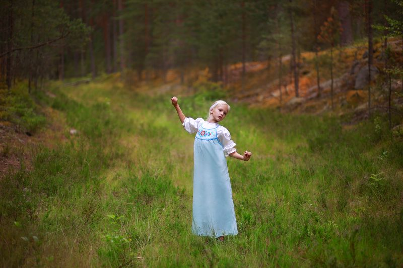 девочка, портрет, истории из детства, лес, трава, деревья, бор, сарафан, коса, красавица, свет, цвет, жанр Истории из детства. Лесными тропамиphoto preview