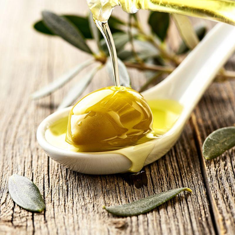 макро, оливки, масло, обои Макросъемка масла и оливокphoto preview