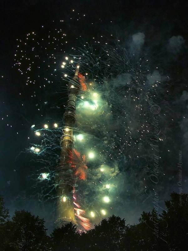 башня, останкинская башня, салют, феерверк, ночь. праздник, круг света. Башня в салютеphoto preview