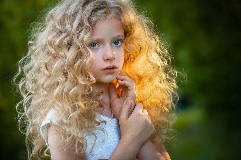 девочка, глаза, руки, взгляд, лето зелень задумчивость детство прическа Накануне летаphoto preview