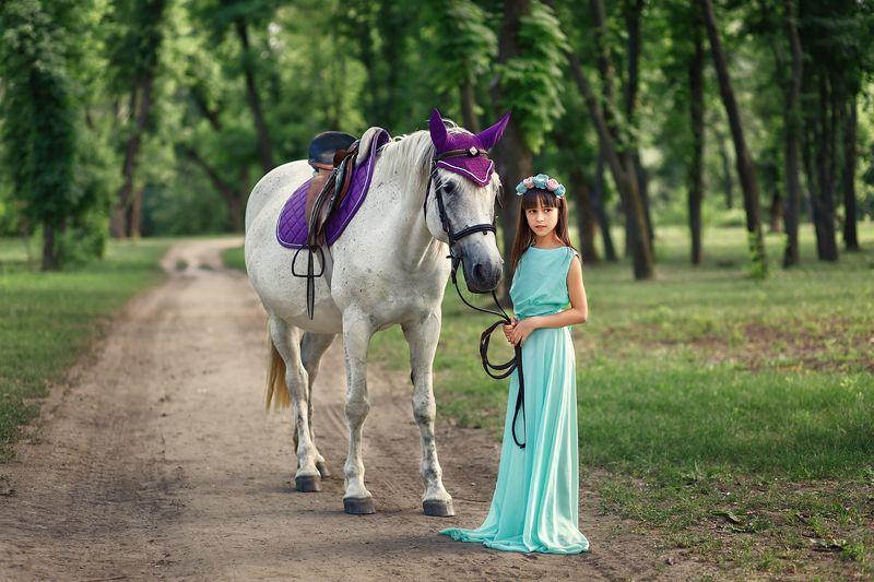 дети, девочка, животные, лошадь, парк, лето, зеленый, красивые люди, Девочка и лошадьphoto preview