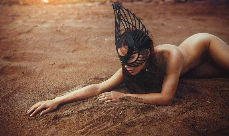 девушка портрет пляж girl nude ню на пляже обнаженная девушка в маске на пляже Lee Tattarphoto preview