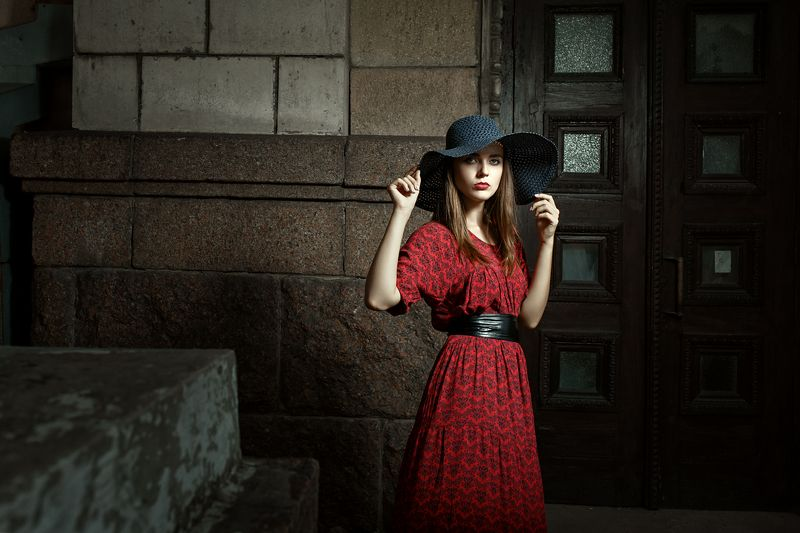 драма, свет и тень, красная помада, фешн, красивая девушка, шляпа с полями, игра света и тени Драмаphoto preview