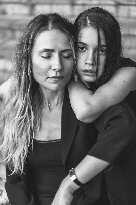 чб фото, натуральность, меланхолия,эмоция,мать и дочь меланхолияphoto preview