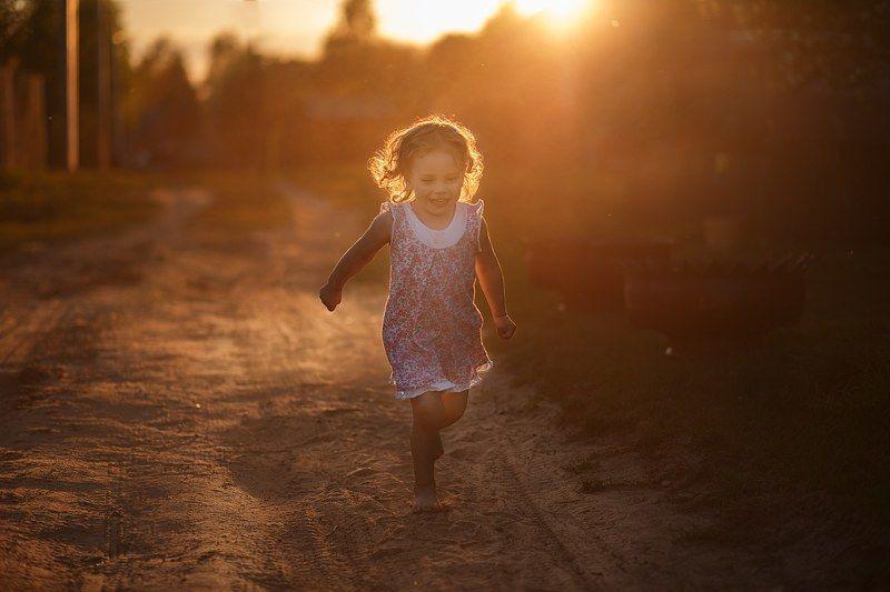 детство дети ритм лето закат миг мгновенье девочка бег смех Ритм детстваphoto preview