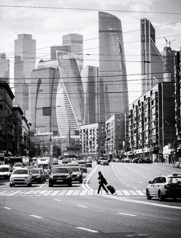 #юрийклимовфотограф #klimofoto На поезд...  Люди и Москва-Сити.photo preview