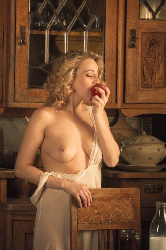 ню, nu, nude, nudeart, арт-ню, girl, портрет, девушка,  обнажённая, грудь, винтаж, vintage, ретро, деревня, деревня, кухня, яблоко, photo preview