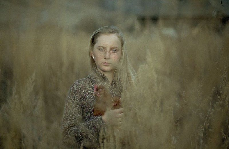 деревня, курица, девочка, ддетство Портрет девочки с курицей на рукахphoto preview