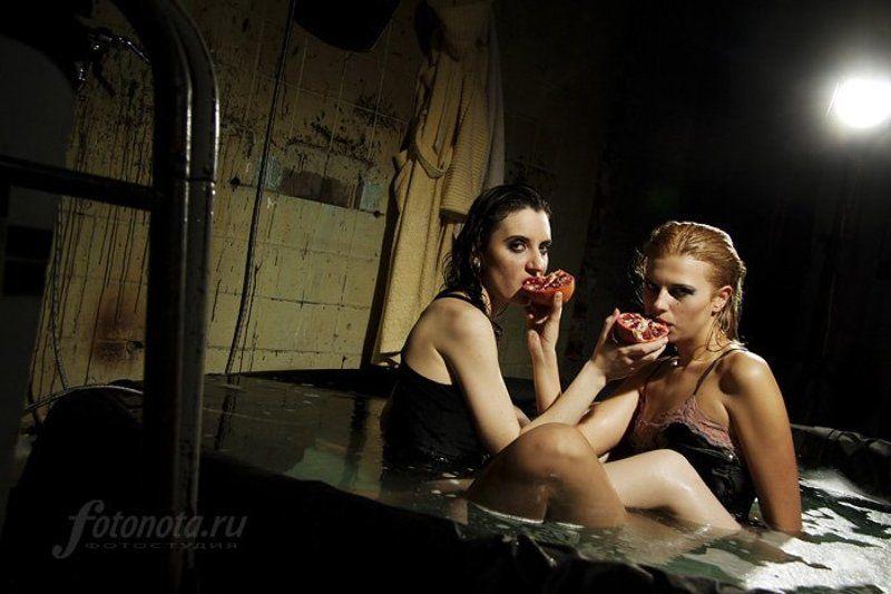 едят, девушки, гранат, в, басейне, в, студии, фотонота photo preview