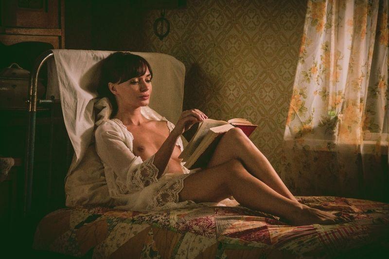 ню, nu, nude, nudeart, арт-ню, girl, портрет, девушка, обнажённая, грудь, винтаж, vintage, ретро, деревня, деревня, диван, кровать, старое одеяло, окно, читает, книга, старая книга photo preview