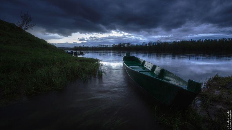 вечер, облака, тучи, река, яйва, лодка, поселок, пермский край Хмурое небо над Яйвойphoto preview