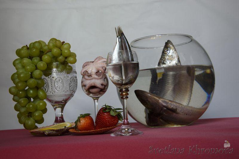 клубника, виноград, килька, селедка Ягоды и мореphoto preview