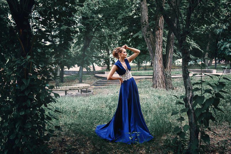 мода, платье, красивая девушка, прическа, макияж, синий и зеленый, теплый и холодный, блондинка, парк, город, цвет, лето, деревья Юлияphoto preview