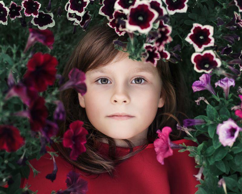 портрет, дети, девочка, цветы, красивые дети, люди, жизнь, красота, лето Цветокphoto preview