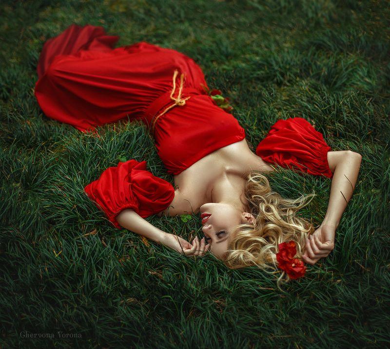 девушка в красном, блондинка Айлиниphoto preview