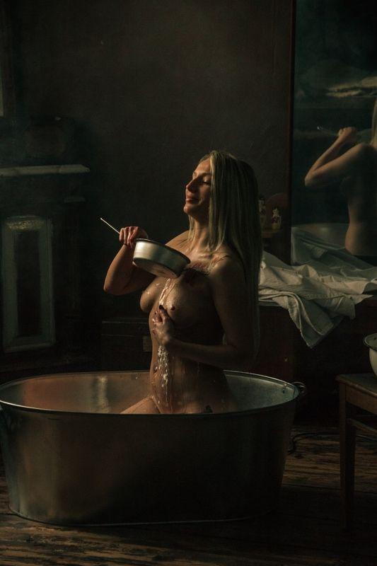 ню, nu, nude, nudeart, арт-ню, girl, портрет, девушка, обнажённая, грудь, винтаж, vintage, ретро, деревня, деревня, ванна, ванная комната, ковш, зеркало, моется photo preview