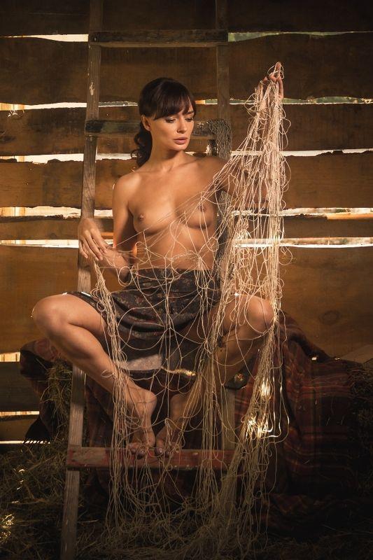 ню, nu, nude, nudeart, арт-ню, girl, портрет, девушка, обнажённая, грудь, винтаж, vintage, ретро, деревня, деревня, сарай, лестница, свет, сено, сеновал, сети photo preview