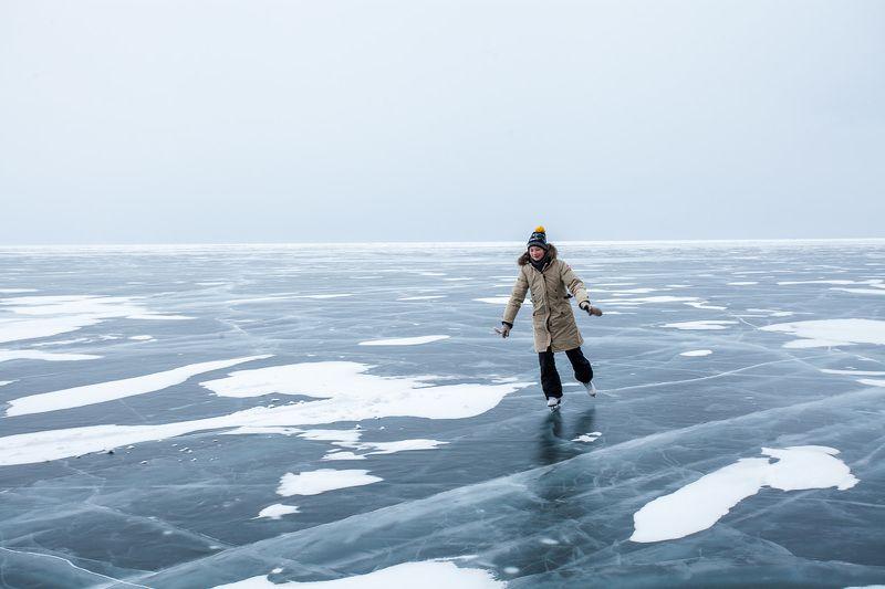 Байкал, зима, лед, девочка, коньки, озеро По бесконечному льдуphoto preview