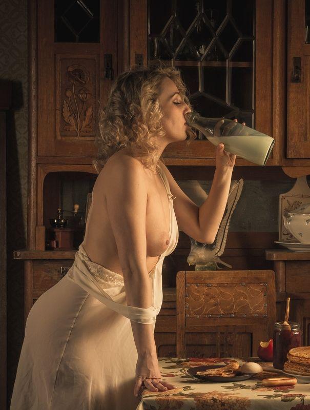 ню, nu, nude, nudeart, арт-ню, портрет, portrait, girl, девушка, обнажённая, грудь, винтаж, vintage, ретро, деревня, деревня, кухня, буфет, варенье, блины, бутылка, пьет, молоко, ночнушка photo preview