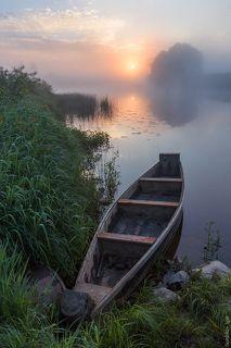 Утро на реке с лодкой