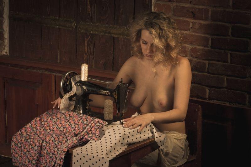 ню, nu, nude, nudeart, арт-ню, портрет, portrait, girl, девушка, обнажённая, грудь, винтаж, vintage, ретро, деревня, деревня, швея, швейная машинка  Швеяphoto preview