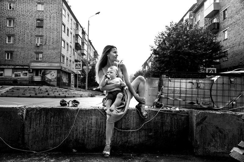 улица. ребенок, младенец. девушка из жизниphoto preview