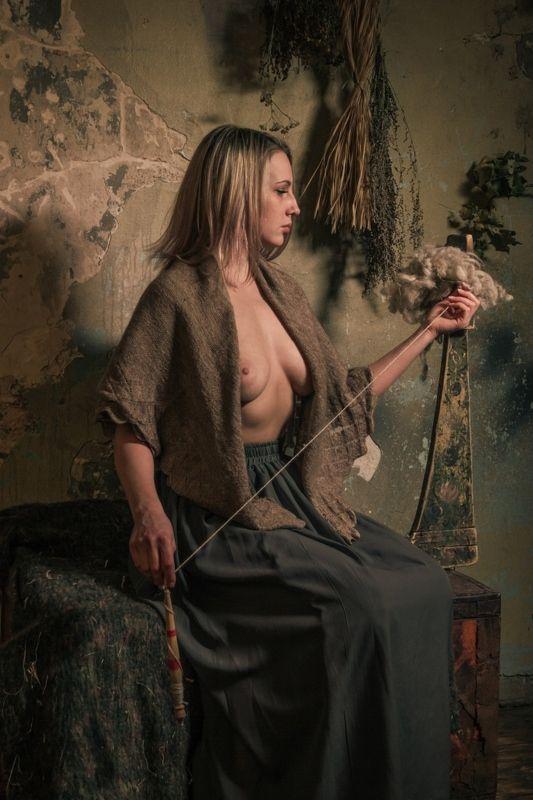 ню, nu, nude, nudeart, арт-ню, портрет, portrait, girl, девушка, обнажённая, грудь, винтаж, vintage, ретро, деревня, платок, прялка, куделя, кудельница, photo preview