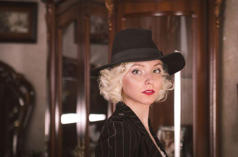 модель, гламур, стиль, шляпа, костюм, барокко, англия, диван, стул, кресло, зеркало По-английскиphoto preview