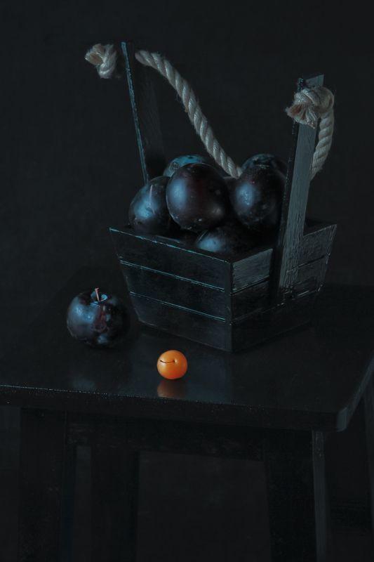 слива, алыча, натюрморт, табурет, черный, фрукт, еда С алычойphoto preview