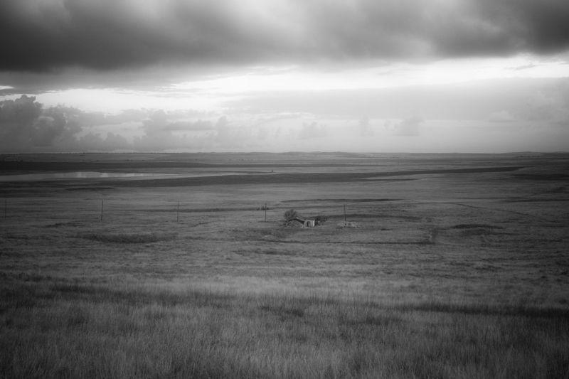 пейзаж, концептуальная фотография, черно белое, степи, дом в степи, небо, крым Вне времени или цивилизация в миниатюреphoto preview