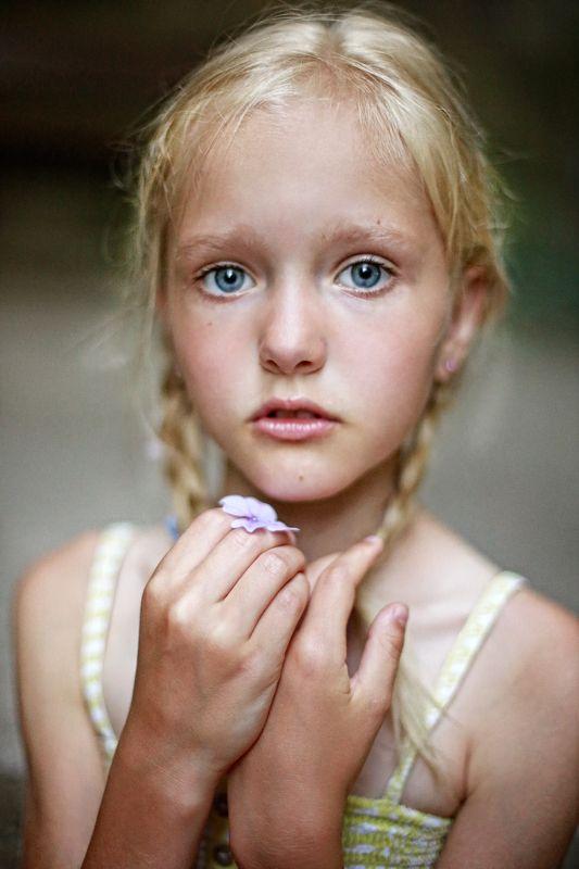 портрет, девочка, глаза, голубоглазая, коса, руки, взгляд, лицо, крупным планом, блондинка, жанр, жанровый портрет, истории из детства Сюзаннаphoto preview